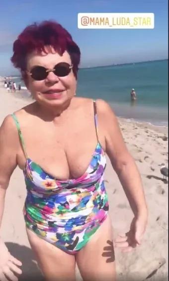 «Бабулечка разошлась»: 75-летняя мама Наташи Королевой показала фигурку на пляже